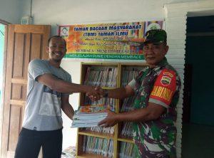 Serda A. Tanjung saat menyerahkan bantuan buku secara simbolis, kepada Ketua TBM Mekar Jaya.