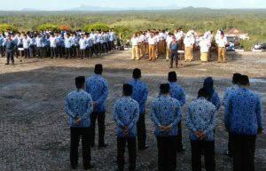 Para Pegawai dilingkungan Pemkab Natuna saat melaksanakan apel.