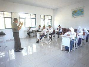 Serda S. Sembiring saat mengajar siswa-siswi MTs di Air Payang Kecamatan Pulau Laut.