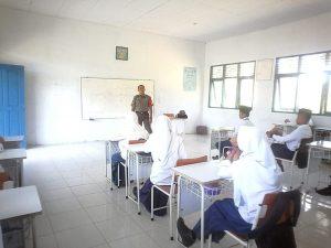 Para siswa-siswi di Perbatasan saat menerima wawasan kebangsaan dari anggota TNI AD.