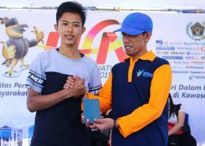 Yusripandi menyerahkan Pasport Gratis kepada pemenang undian Jalan Santai.