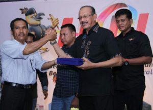 Perwakilan DPC AJOI Natuna memberikan Cinderamata kepada Bupati Natuna.