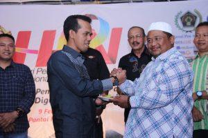 Wartawan Senior, Ramayulis Piliang memberikan nasi tumpeng kepada Ketua DPRD Natuna, Yusripandi.