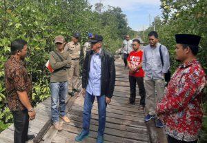 Abdul Hamid Rizal saat berbincang dengan warganya di Tanjung Sebauk.