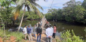 Bupati saat meninjau kondisi jembatan Kayu yang menghubungkan ke wilayah Dusun Setungkuk.