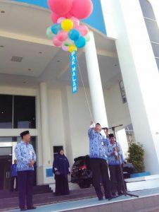 Sekda Natuna Wan Siswandi, didampingi Kadis Dukcapil Natuna Ilham Kauli, saat melepas balon ke udara.