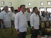 Eri Marka dan Henry FN saat menyanyikan lagu Indonesia Raya bersama para hadirin.