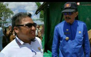 Anggota Komisi II DPRD Natuna, Marzuki saat berbincang dengan Bupati Natuna.