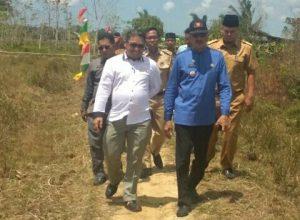 Tampak Yohanis, Marzuki, Hamid Rizal, Nur Parta dan rombongan lainnya saatnya menuju ke sawah untuk memanen padi.