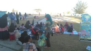 Lapak baca Bhabinkamtibmas Ranai di Pantai Kencana.