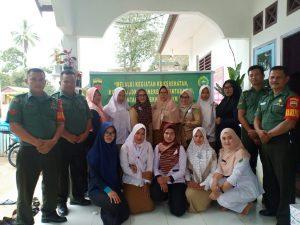 Tampak Anggota Kodim 0318/Natuna foto bersama dengan pegawai Dinkes PPKB dan staff Kantor Desa Sebadai Hulu.