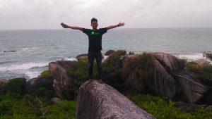 Arif Naen alias Naen Noan, tampak foto dikawasan wisata Batu Sindu, Natuna.