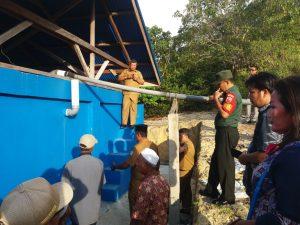 Sertu Pordiman Ritonga saat mendampingi Bupati Anambas meninjau pembangunan bak penampungan air.