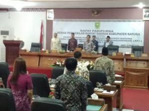 Menyanyikan lagu Indonesia Raya, sebelum memulai rapat.