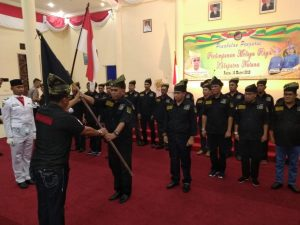 Pembina Utama Melayu Raya Kepri serahkan Petaka kepada Korwil Melayu Raya Natuna.