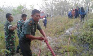 Tampak Anggota Kodim 0318/Natuna, tengah sibuk membantu Damkar dan warga memadamkan api.