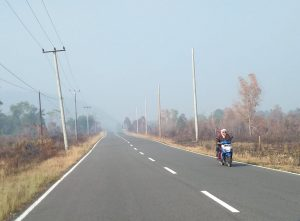 Tampak pengendara sepeda motor menutup hidung dan mulutnya, akibat adanya kabut asap.