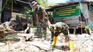 Tampak personel TNI AD dari Jajaran Koramil 04/Letung tengah sibuk membangun jamban sehat bagi warga binaannya.