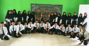 Foto bersama dengan para siswa siswi MTs