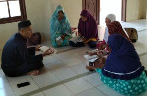 Salah seorang Ustadz dari IKADI Natuna saat mengajari Ibu-ibu mengaji dari Iqra'.