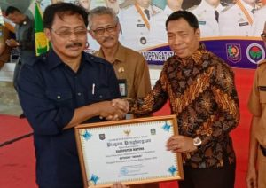Kadisdukcapil Natuna Ilham Kauli, saat menerima piagam Penghargaan dari Gubernur Kepri Nurdin Basirun.