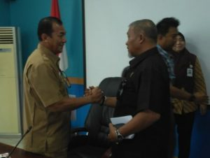 Ketua Komisi I DPRD Natuna Wan Sofian, saat menyalami Asisten II Tasrif Amran.