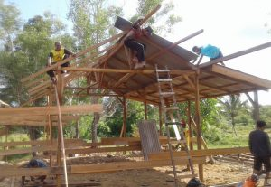 Kios Salimin sedang dikerjakan oleh beberapa orang tukang.