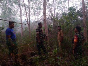 Tampak Babinsa Cemaga dan Babinsa Binjai, serta Kades Binjai, saat melakukan pemantauan terhadap lahan yang rawan terjadi kebakaran.
