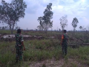 Dua Anggota Babinsa Cemaga saat memonitoring terjainya kebakaran lahan diwilayah binaannya.