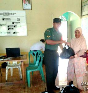 Serda Nurdin saat menyerahkan bingkisan sembako kepada warga lansia di Desa Batubi Jaya.