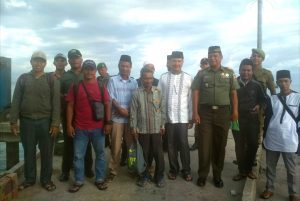 Rombongan Camat dan Danramil 03/Sedanau ketika tiba di Pulau Seluan.