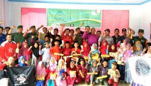 Foto bersama usai melaksanakan serangkaian kegiatan Bakti Sosial.