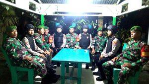 Tampak anggota Koramil 03/Sedanau dan Polsek Bunguran Barat, tampak bersama-sama melaksanakan patroli wilayah.