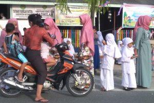 Para santri dan santriwati TK Islam Fadhilah saat mengikuti kegiatan berbagi Takjil kepada para pengguna jalan.
