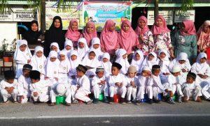 Para guru dan murid TK Islam Fadhilah Ranai foto bersama usai melaksanakan kegiatan amal di Bulan Suci Ramadhan 1440 H.