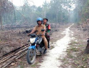 Terlihat Babinsa Cemaga dan Kades Binjai bersama-sama melakukan peninjauan kelokasi rawan Karhutla.