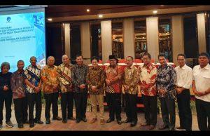 Bupati Natuna Abdul Hamid Rizal (tiga dari kiri), saat foto bersama dengan sejumlah kepala daerah lain di Indonesia.