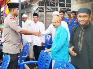 Kapolres Natuna, AKBP Nugroho Dwi Karyanto, SIK, saat menyalami sejumlah masyarakat Penagi.