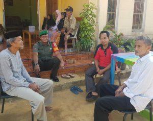Kopda Zulkarnaini saat melaksanakan Komsos dikediaman Mat Tenggo, tokoh masyarakat Mekar Jaya.
