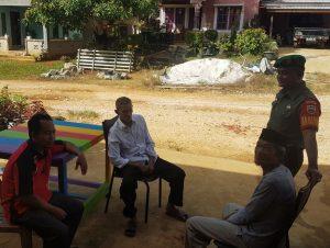Kopda Zulkarnaini saat melakukan silahturahmi bersama warga di Desa Mekar Jaya.