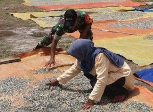 Serka Indra Susilo tampak tengah sibuk membantu warga binaannya untuk menjemur ikan bilis atau teri.