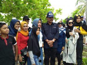 Gubernur Kepri Nurdin Basirun, saat melayani masyarakat yang ingin berfoto dengannya.