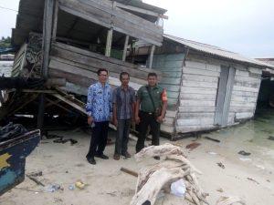 Kondisi rumah Liawati yang roboh, akibat bangunan yang sudah termakan usia dan terjangan ombak air laut.