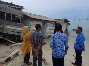 Liawati tampak menunjukkan kondisi rumahnya yang telah roboh, kepada pihak Dinas Sosial Natuna dan Lurah Ranai Kota.