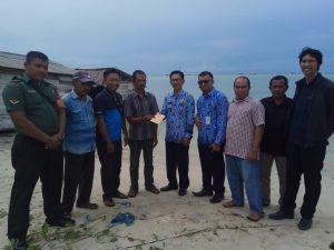 Penyerahan bantuan uang tunai dari FKPS, terhadap keluarga korban rumah roboh di Batu Kapal.