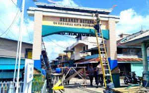 Proses pengecatan Gapura, sebagai pintu gerbang Kelurahan Sedanau.