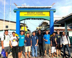 Team Tenis Sedanau, yang dipimpin oleh Nato, saat foto bersama didepan Gapura Sedanau.
