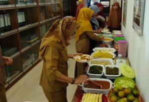 Tampak berbagai menu makan siang tersaji dilorong Kantor Dinsos PPPA Natuna.