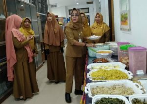 Kadis Sosial PPPA Natuna beserta pegawainya saat mengambil hidangan makan siang.