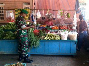 Babinsa Sedanau Kopda Zulkarnaini saat melaksanakan Komsos di Pasar Tradisional Sedanau.